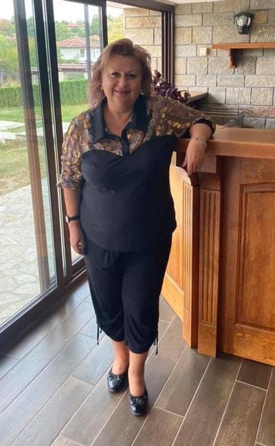 Клиентка с модерна черна блуза от Ефрея.