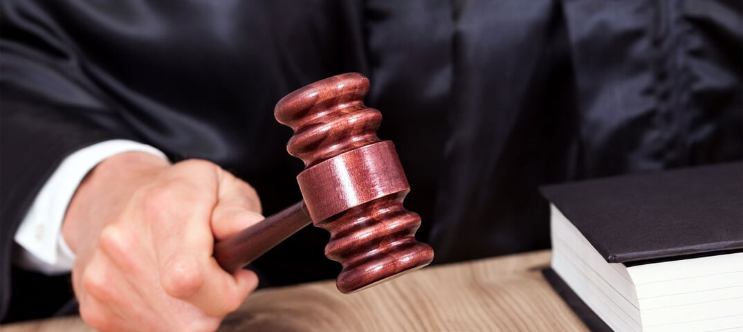 судья бьет молотком суд