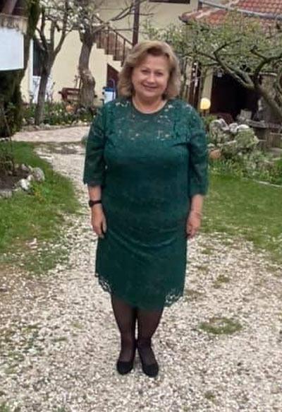 Зелена дантелена рокля в голям размер, представена от клиентка на Ефреа.