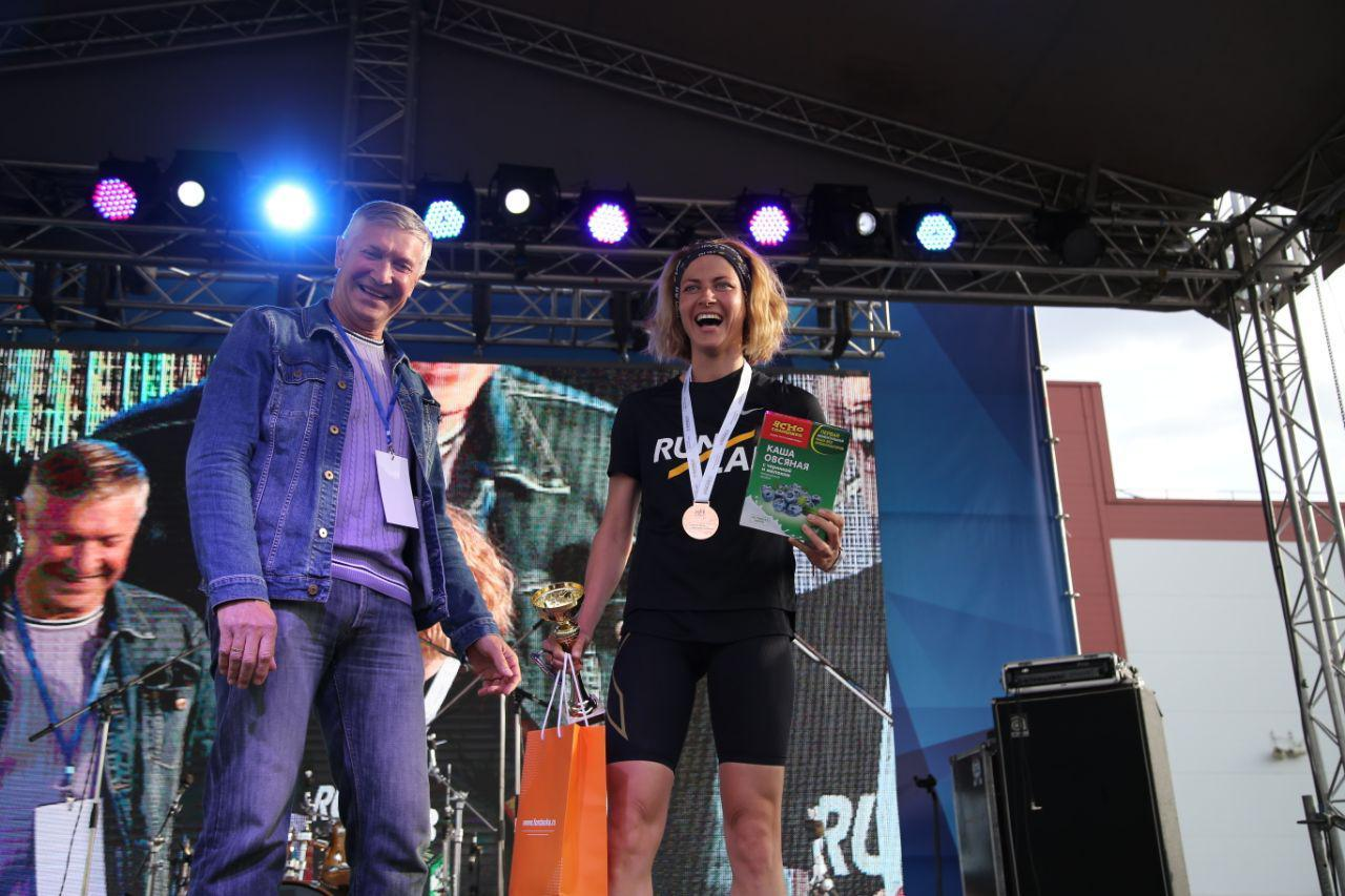 Награждение абсолютов в беге на 10,5 км на втором ЗСД Фестивале, на фото Шаройко Маргарита