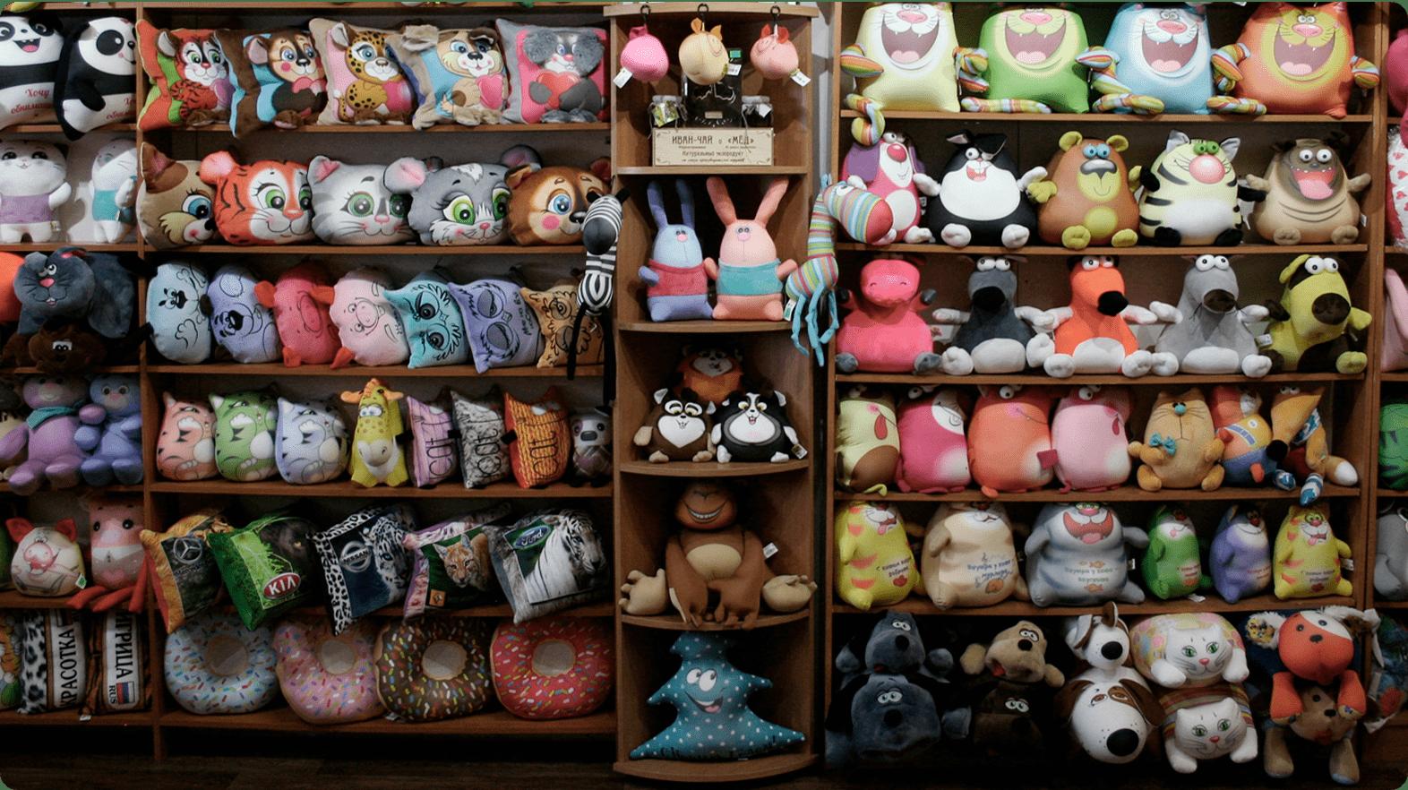 Будем рады видеть вас на нашем складе-магазине, где постоянно в наличии большой выбор игрушек-антистресс и релакс-подушек. Заказать мягкие игрушки оптом можно прямо на месте.