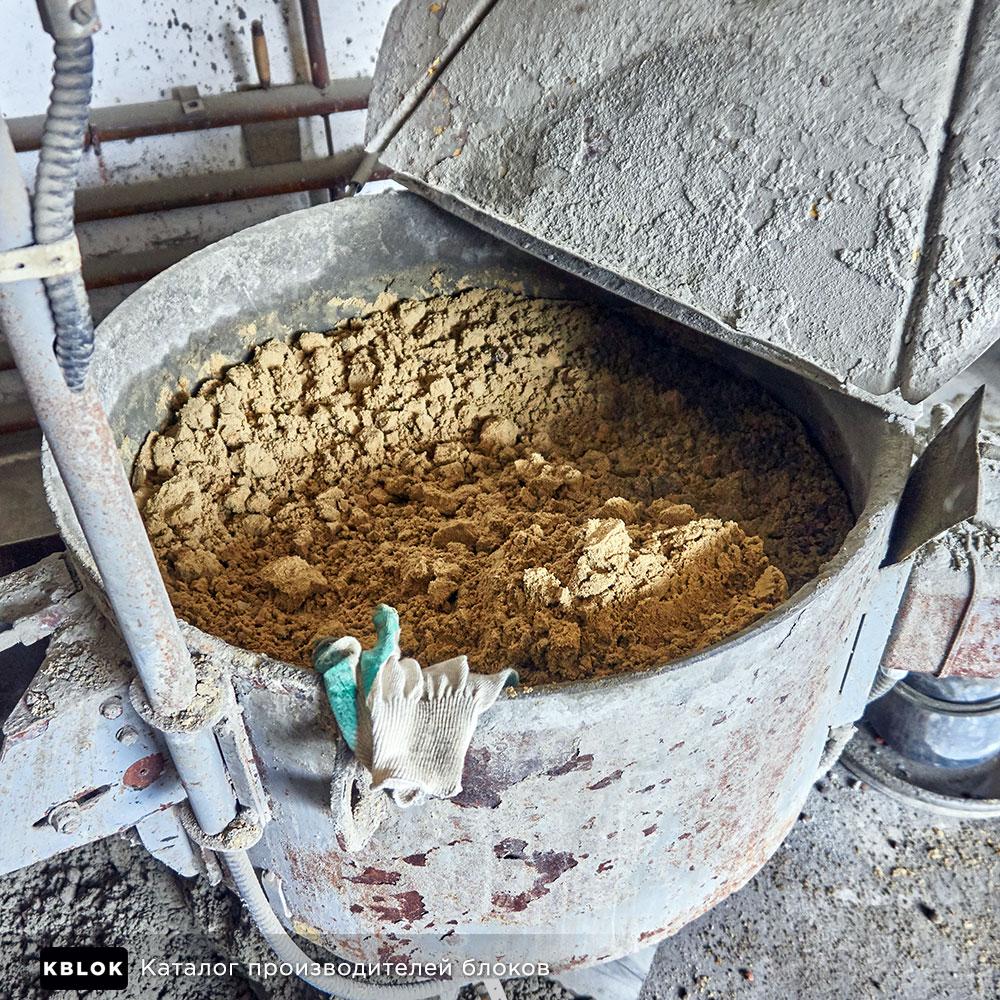 Загрузка сырья в бетономешалку