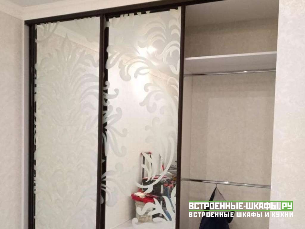 Встроенный шкаф купе в нише с пескоструйным рисунком на зеркале