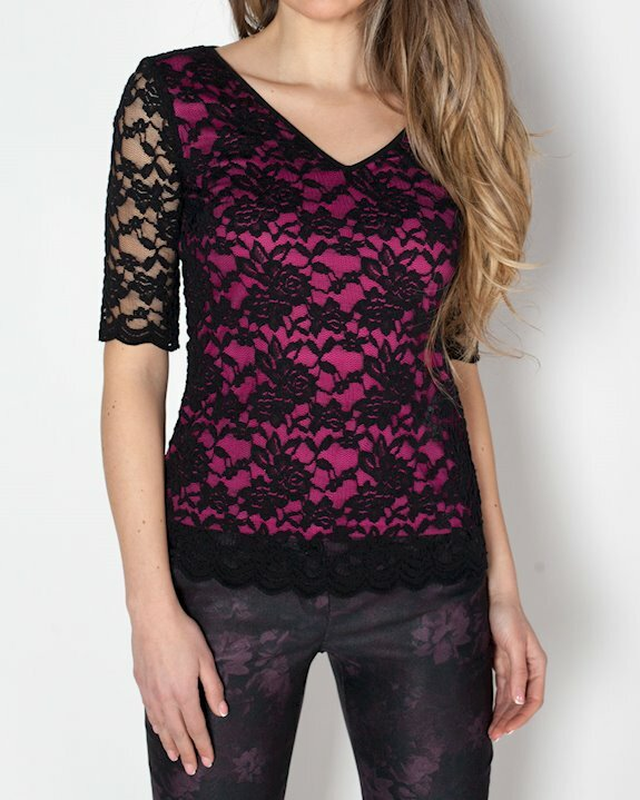Дамска блуза с черна дантела и хастар в цвят циклама.