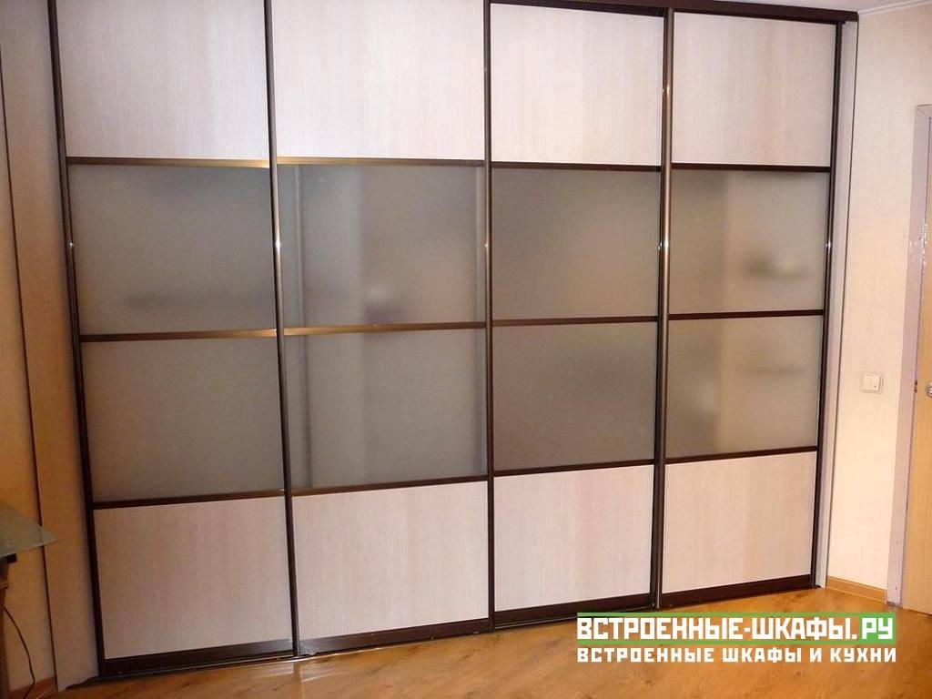 Шкаф купе с комбинированными дверями из ЛДСП и матового стекла