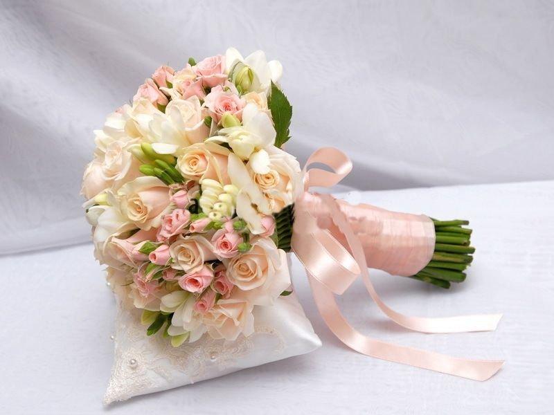 Маленький свадебный букет для невесты из роз, заказать цветы доставкой