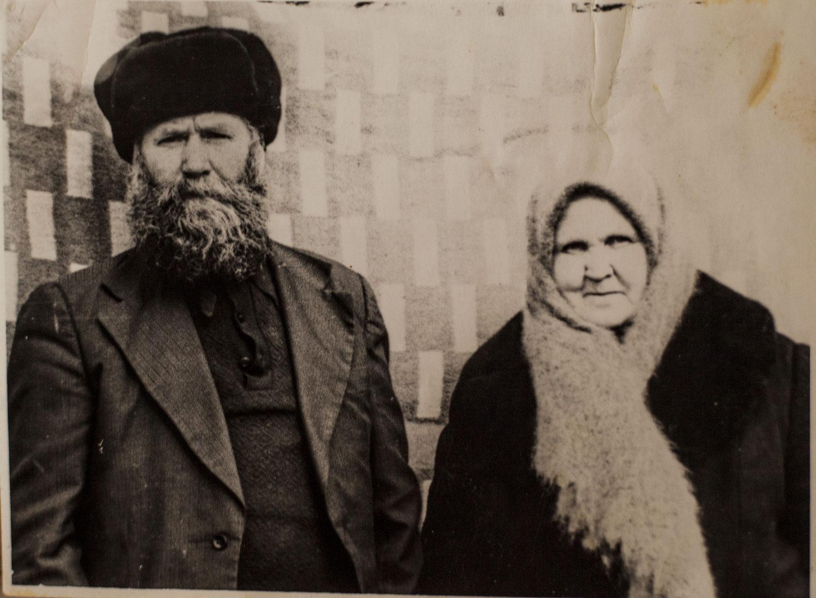 Աննա Կուդրյաշովայի հայրը կնոջ հետ Շորժայի իրենց տանը: