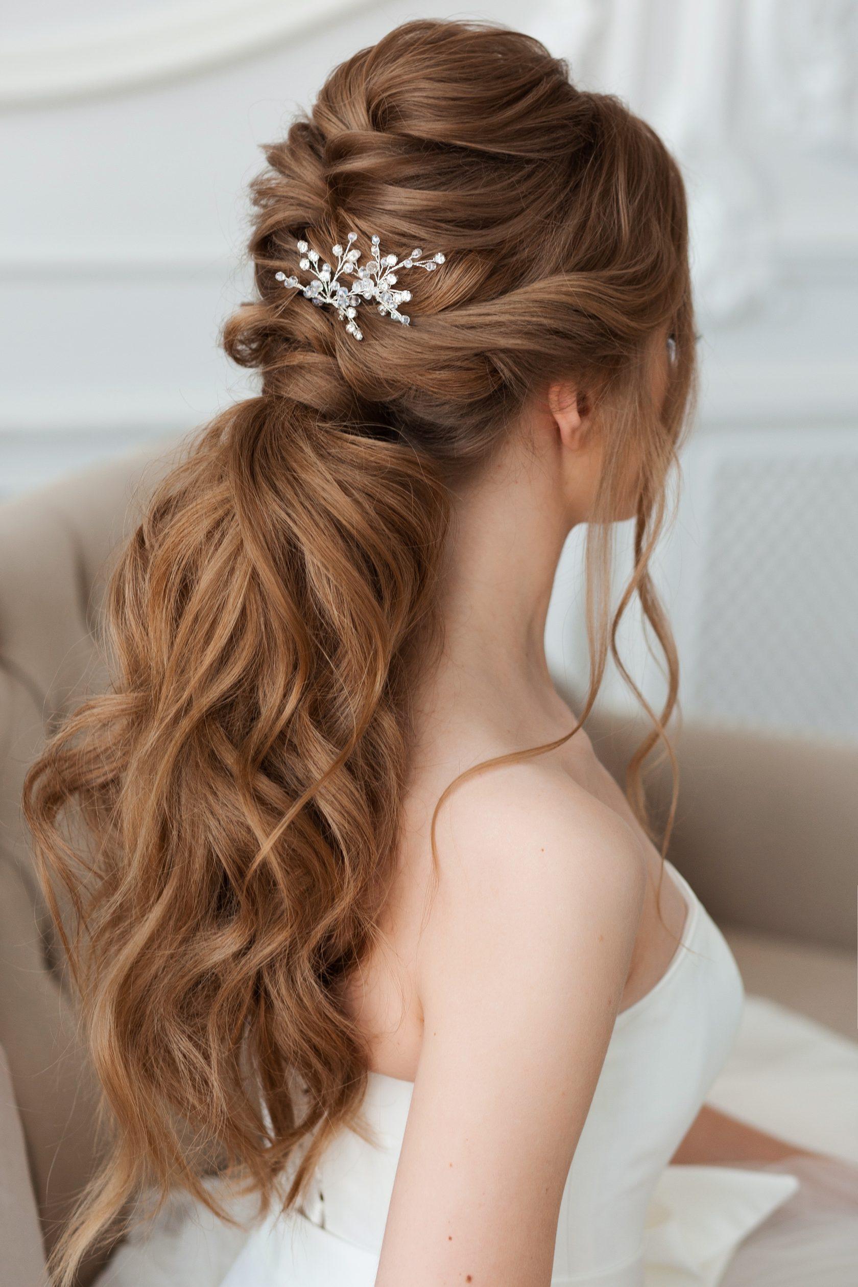 Коса, обрамляющая челку, очень подойдет девушкам, которые хотят создать образ стильной невесты.