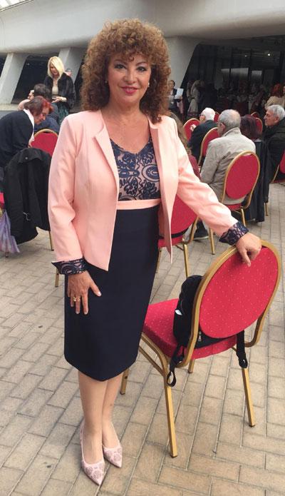 Водещата на телевизионното предаване Анфас по TV1 Олга Бузина на награждаване с рокля и сако от онлайн магазин Efrea.