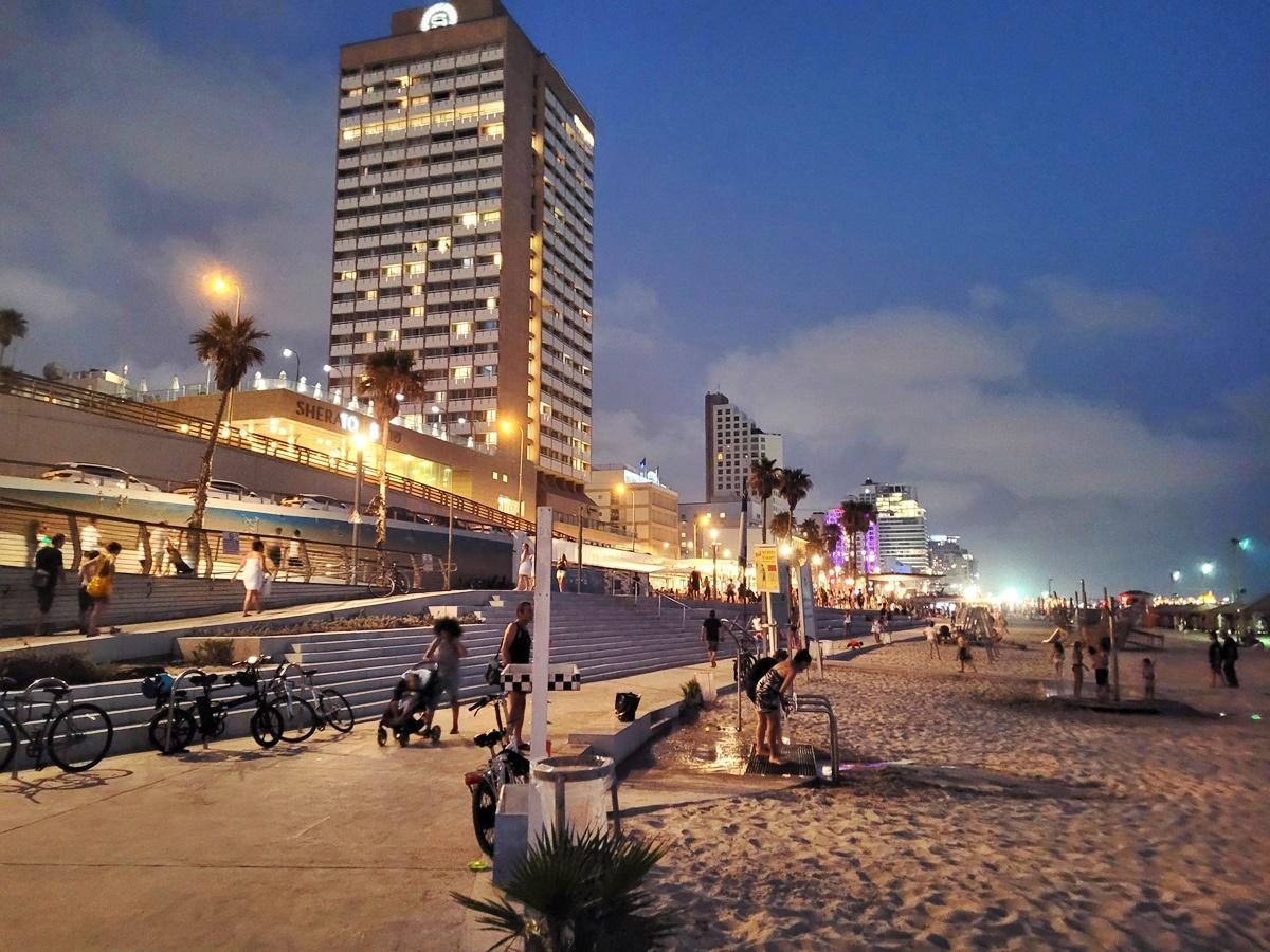Пляж Гордон в Тель-Авиве после заката. Израиль.