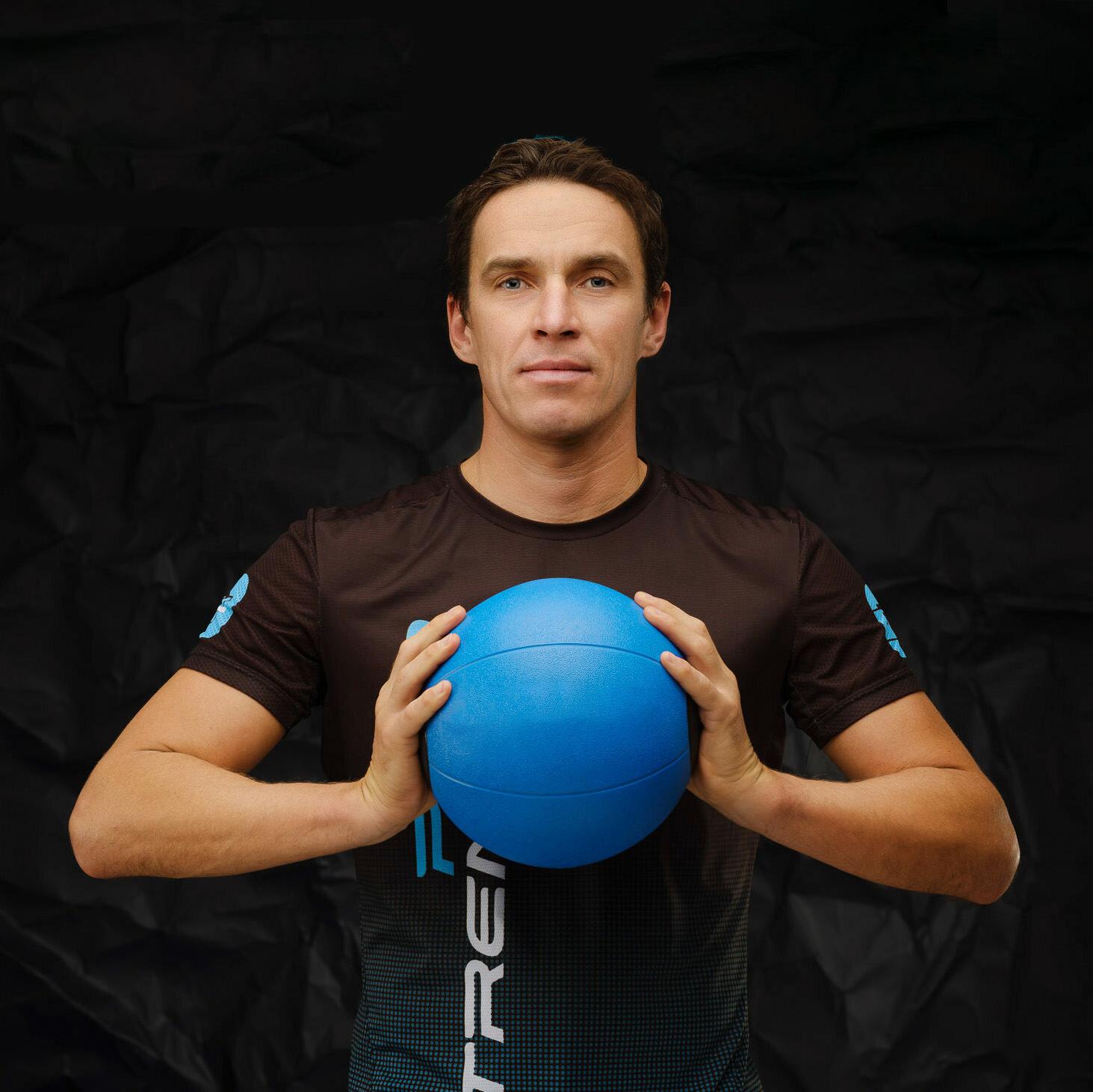 Сооснователь сети студий персональных тренировок Андрей Жуков с мячом в руках.