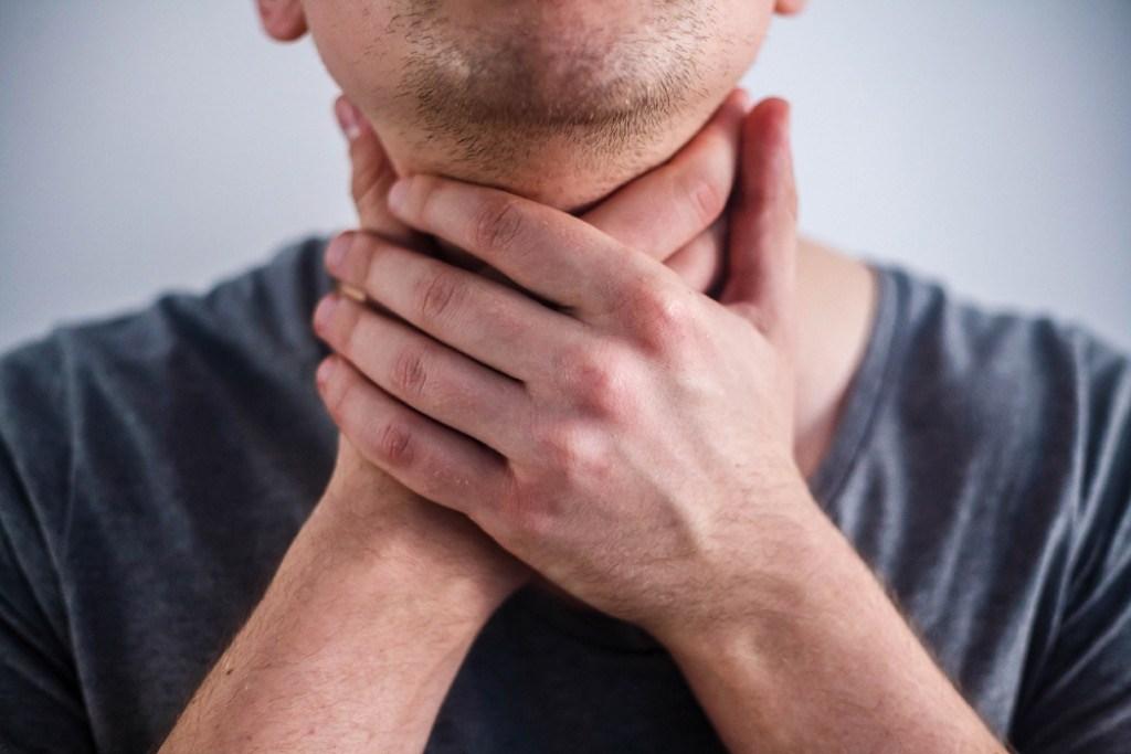 болит горло во время чихания