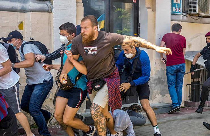 Радикалы нападают на митинг Партии Шария - фото