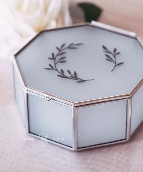 гравировка веточек на крышке стеклянной восьмиугольной шкатулке из матового стекла для колец на свадьбу