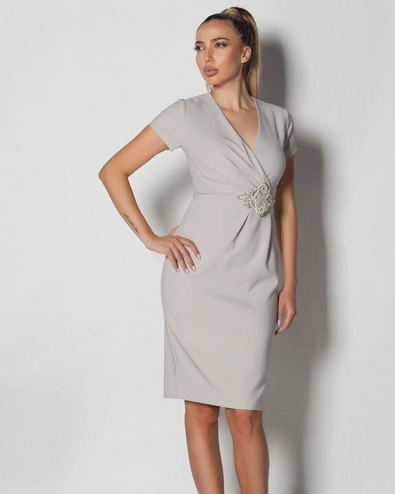 Едноцветна рокля в най-модерния цвят за 2021 и 2022 - сиво. Стилна рокля по тялото тип прегърни ме.