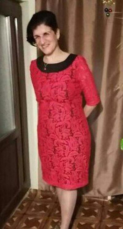 Червена дантелена рокля в голям размер от българския производител на дамска мода Ефреа.
