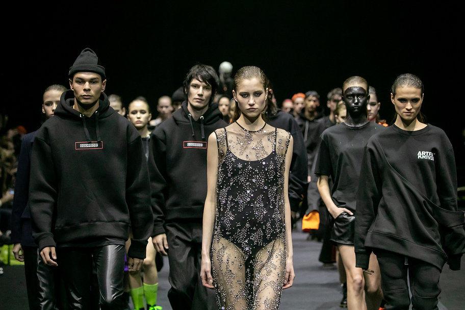 Показ мод в москве как попасть девушки после работы стилиста