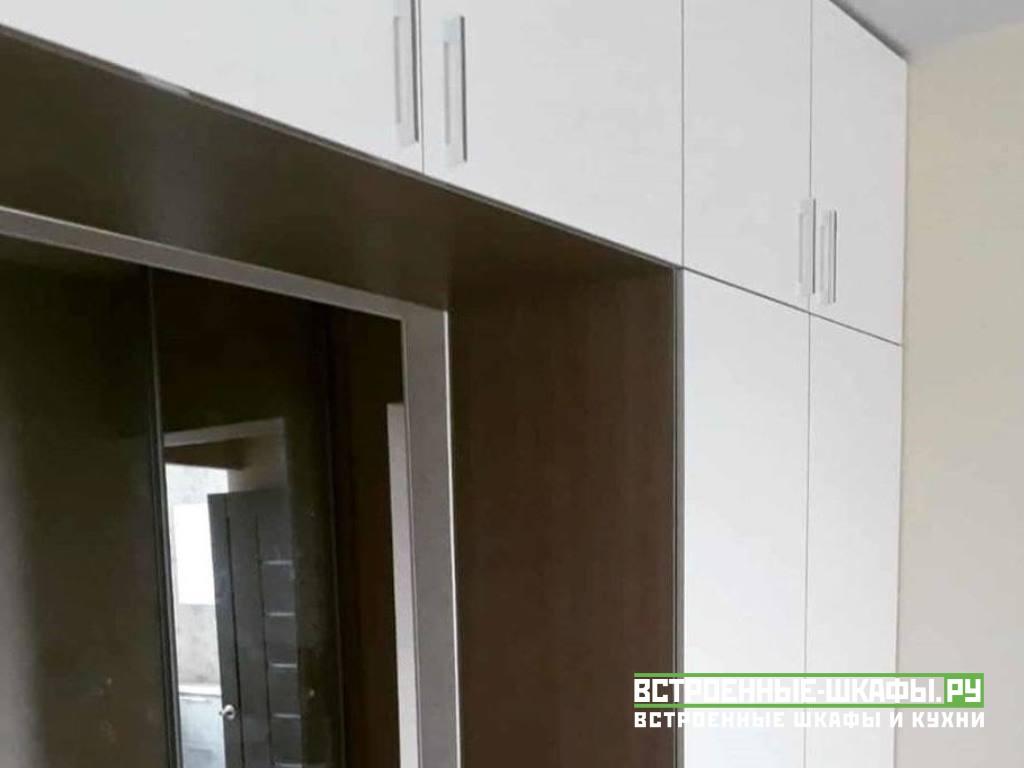 Распашной шкаф вокруг межкомнатного дверного проема