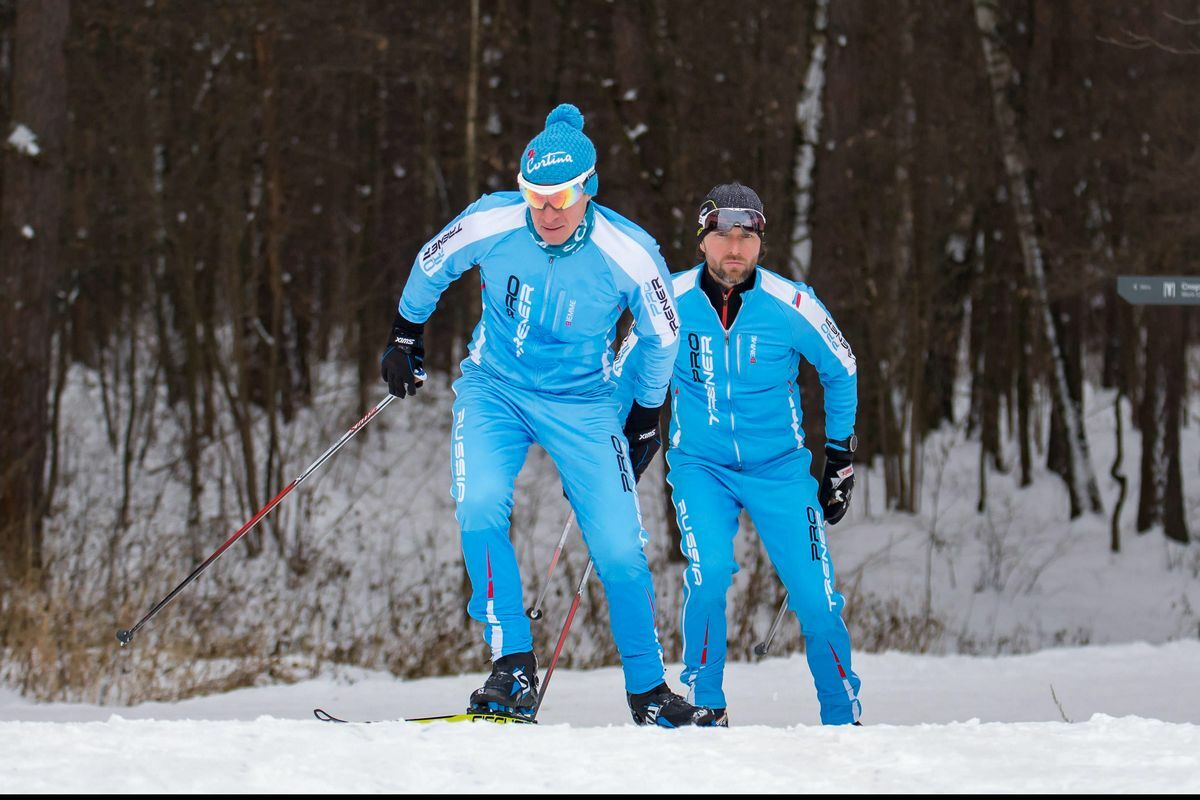 Сооснователи сети студий персональных тренировок Андрей Жуков и Антон Феоктистов на лыжах зимой