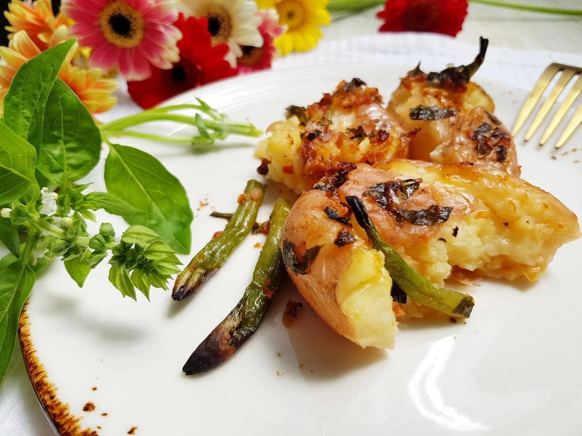 Картофель в духовке (давленый) с зеленой фасолью и моцареллой.