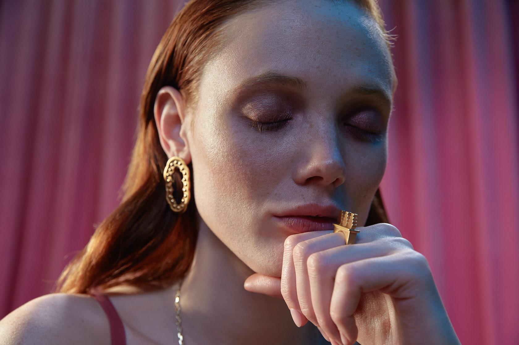 Крупные золотые, серебреные и позолоченные украшения. Серьги и кольца. Впечатление, эгоизм, индивидуальность.