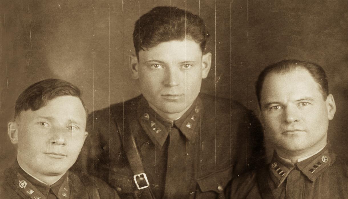 Николай Волков (в центре) с сослуживцами