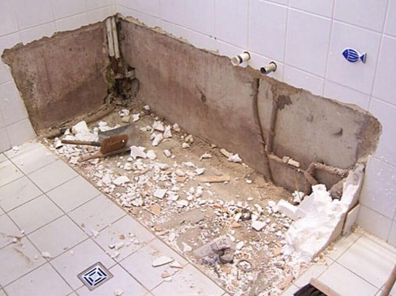 1. Начинайте с демонтажа старой сантехники: ванна, раковина, унитаз.