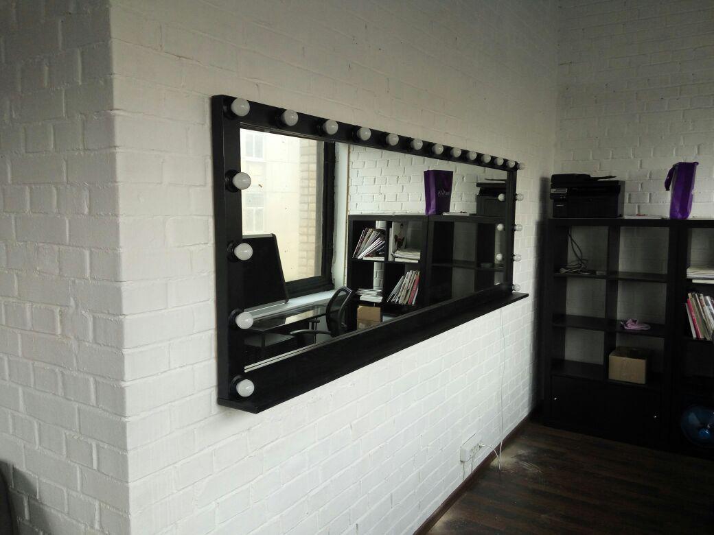 Гримерное зеркало черного цвета