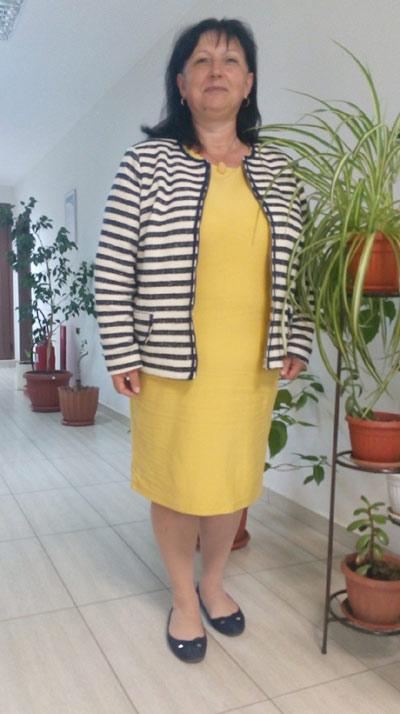Елегантна жълта рокля в комбинация с дамско сако от Ефреа.