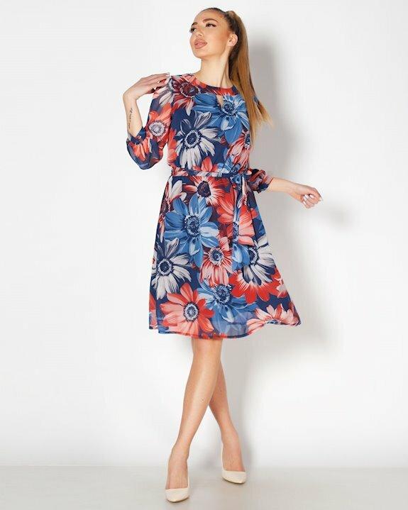 Леко разкроена дамска рокля от шифон на големи цветя. Виж още модерни рокли от ефирни материи за 2021 и 2022 от Efrea.