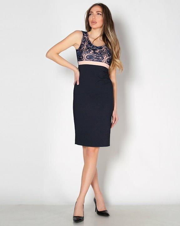 Луксозна и стилна официална рокля с дантела в горната част.