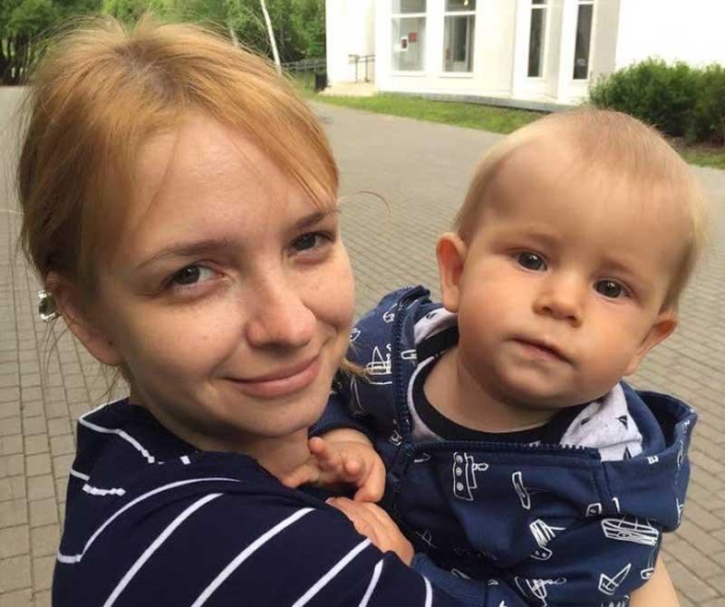 Ольга Павликова с ребенком