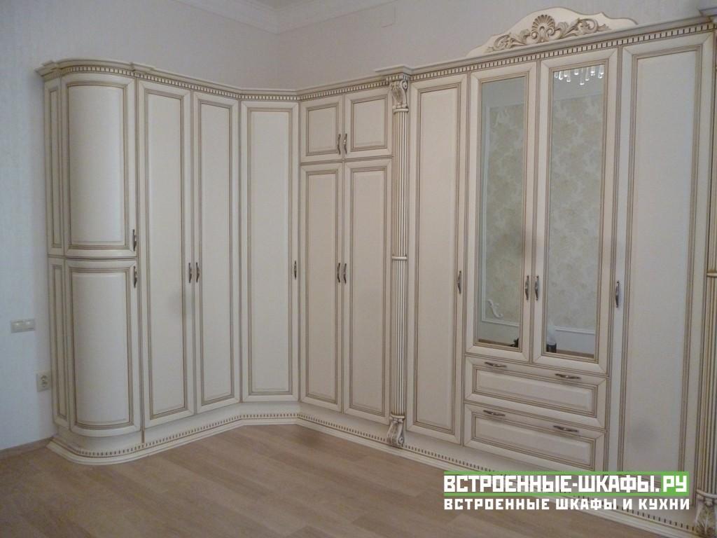 Светлый шкаф в классическом стиле из массива дерева