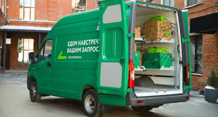 Разработанный по заказу Pony Express цельнометаллический курьерский фургон «ГАЗель Next» оборудован откидными полками для эффективного распределения грузов (фото: Pony Express)