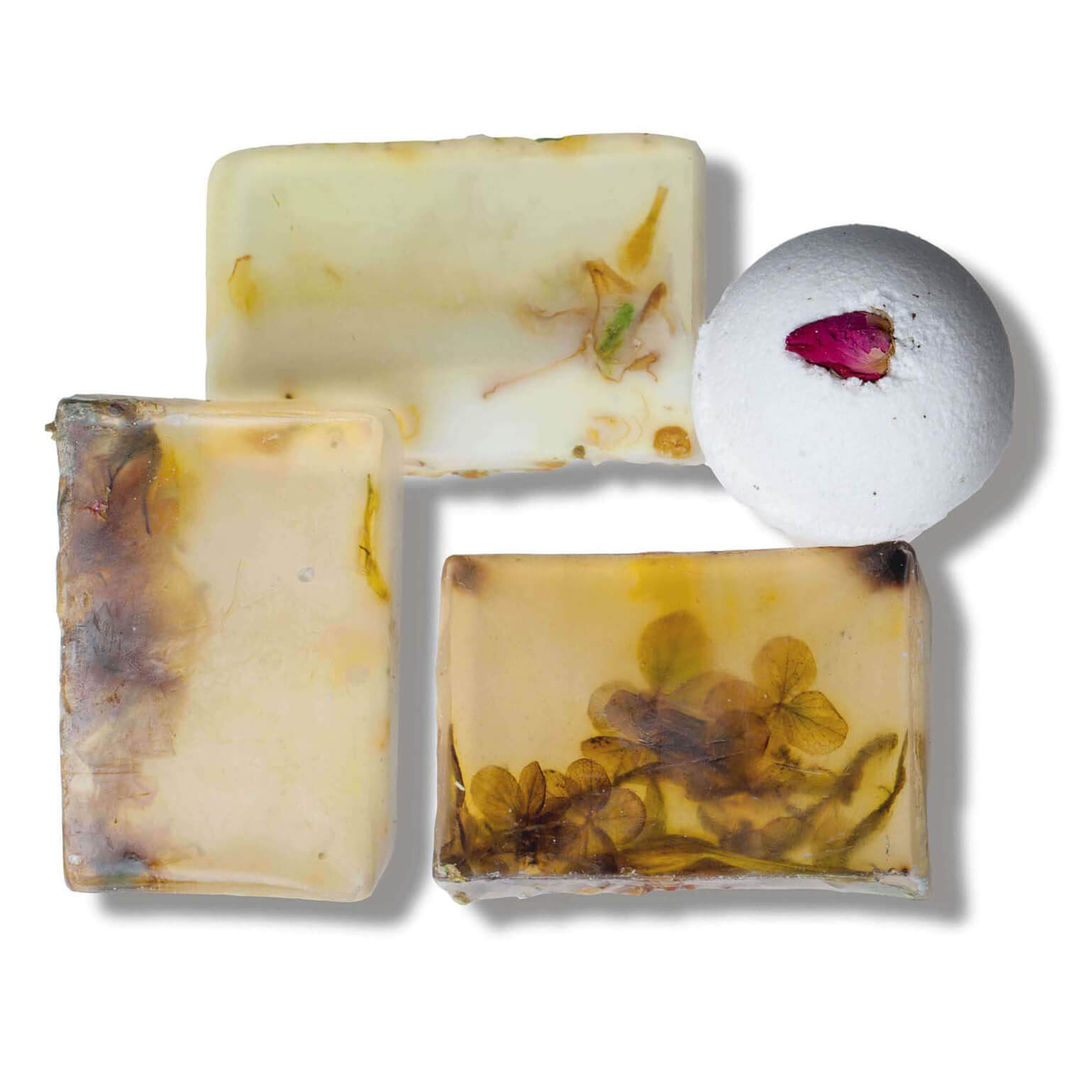 """Набор """"Афродизиак"""" из трех кусков мыла и бомбы для ванны с ароматами: имбирь, жасмин, ветивер, иланг-иланг. Разбудит чувственность и создаст романтичный настрой. Этот сет идеально подходит для подарка партнеру и внесет новые краски в уютные семейные отношения. Начните с бомбы для ванны - соблазнительный микс масел жасмина и иланг-иланга дополнен бутоном розы, который спрятан внутри бомбы, продолжите незабываемый вечер с шелковистой ароматной пеной любого мыла из сета."""