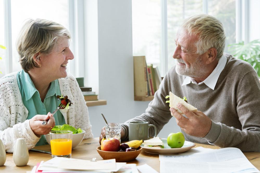 пожилая пара завтракает - сколько калорий нужно в день пожилым. Ответ на спа-манго