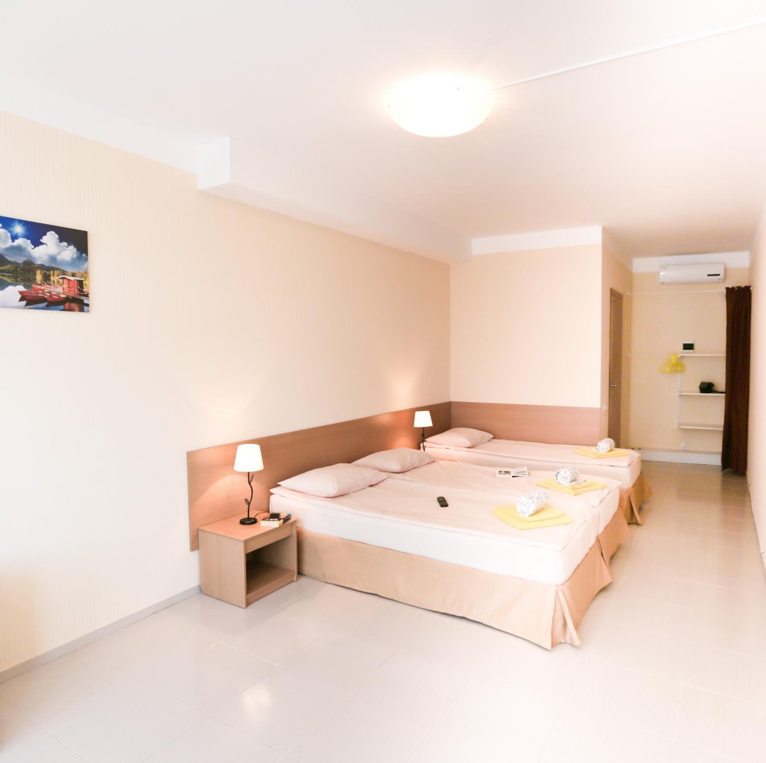 Мебель в трехместном номере Стандарт в отеле Марсель, Лермонтово
