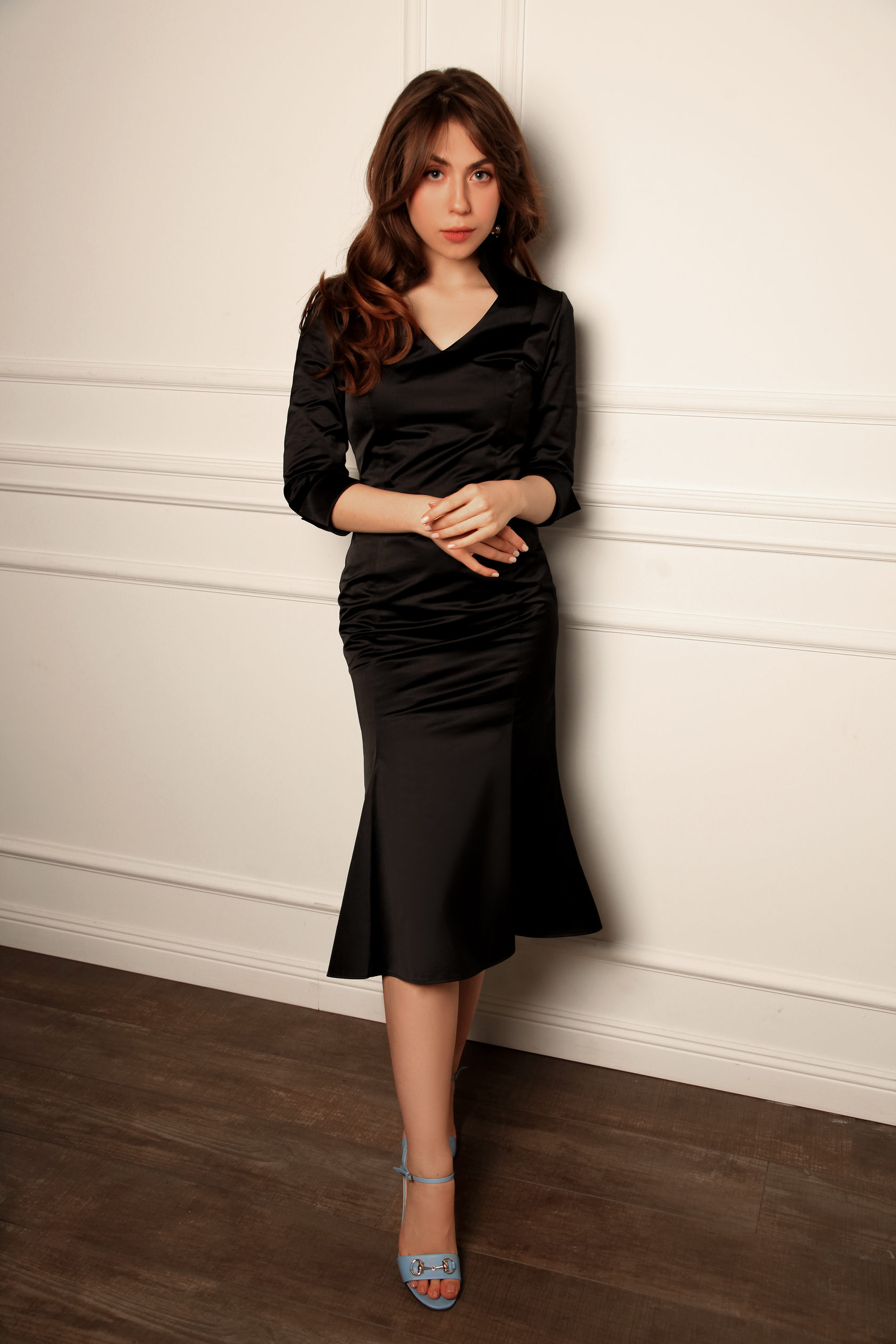 386a8b0e46d Чёрное атласное платье с воротником-стойкой и юбкой MANIÉRE STUDIO