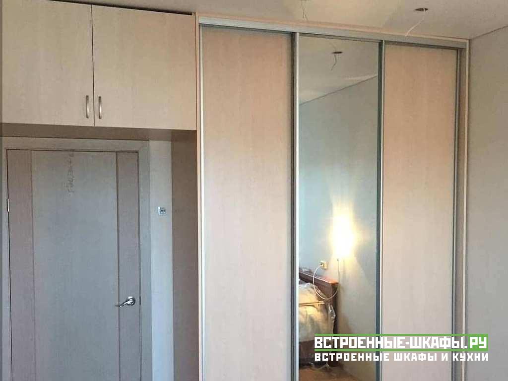 Встроенный шкаф купе зеркальный с пескоструйными полосками