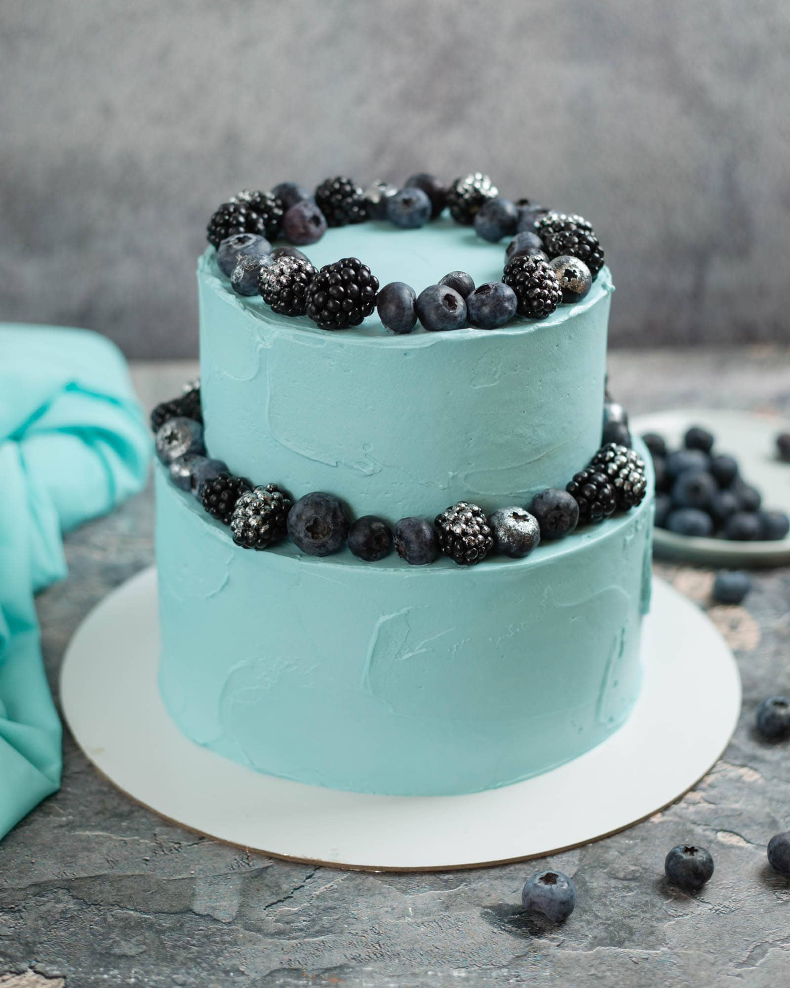 Торт с черникой и ежевикой