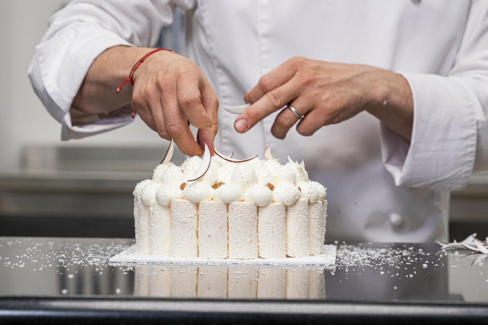 NICOLAS LAMBERT DECORATE THE CAKE