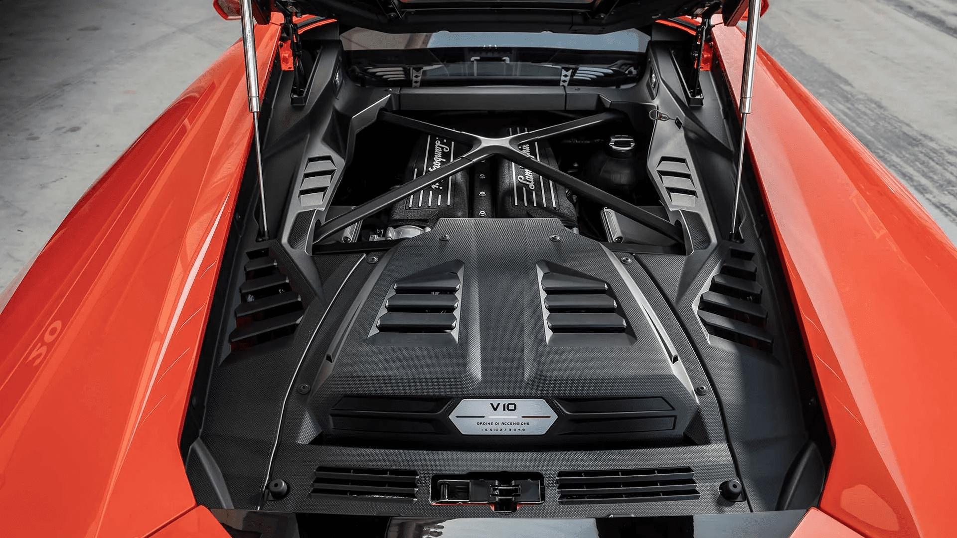 На накладке двигателя Lamborghini традиционно указывает порядок работы цилиндров.