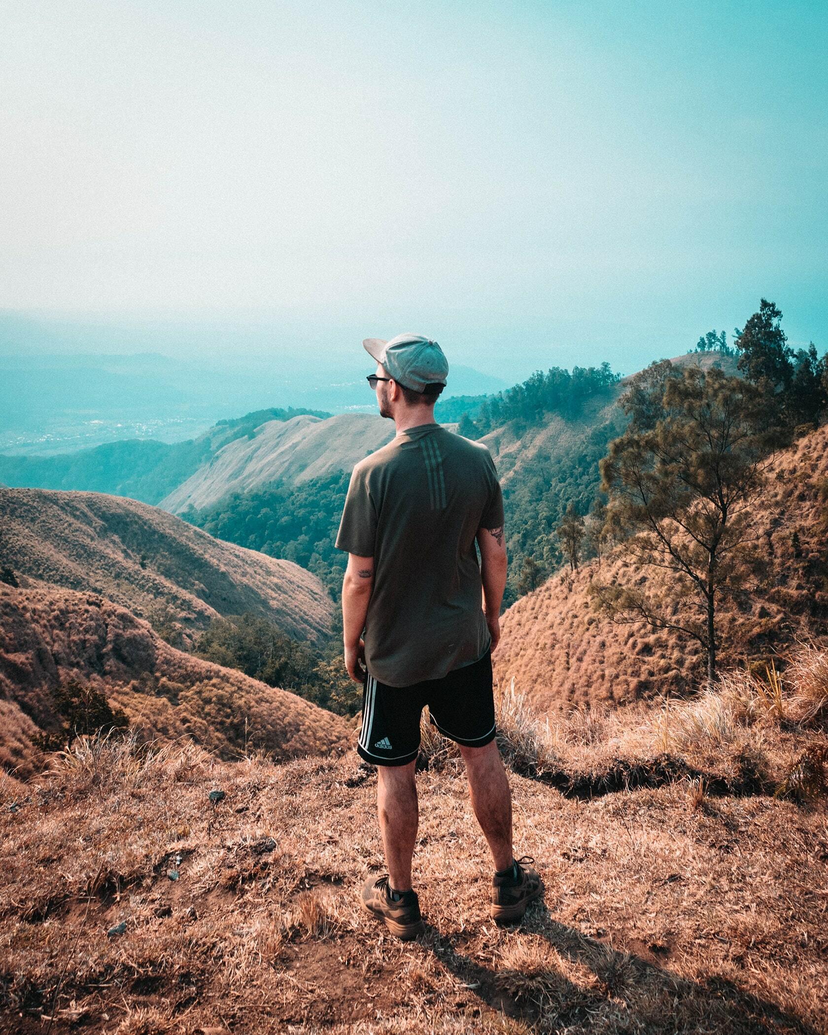 Foto van persoon bovenop een berg met prachtig uitzicht uit fotografie collectie mensen van Simon Wijers