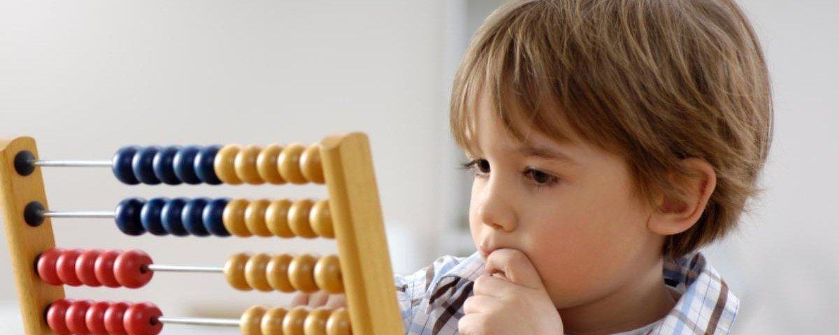 Ребенок занимается ментальной арифметикой