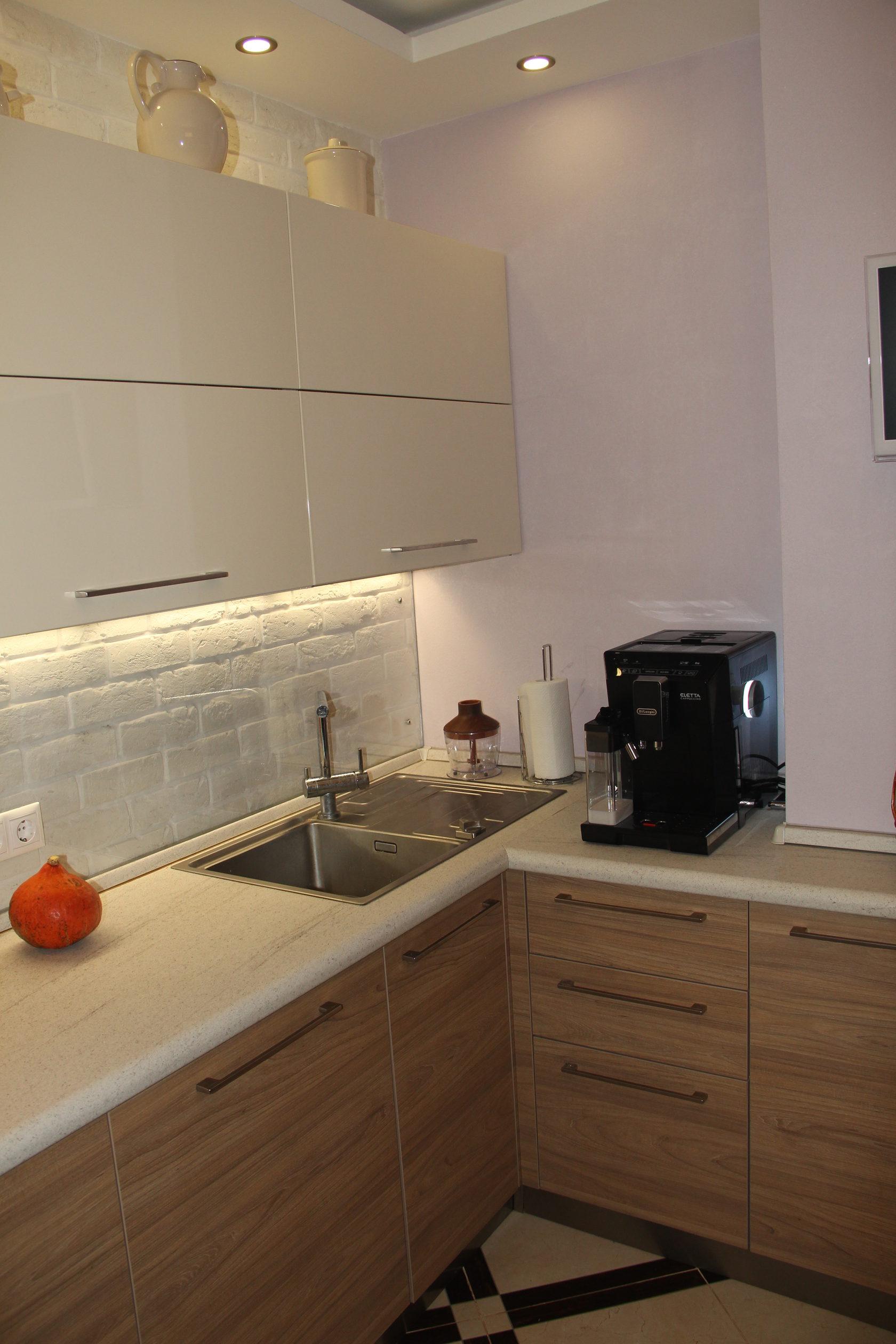 Прямая кухня с коробом в углу фото