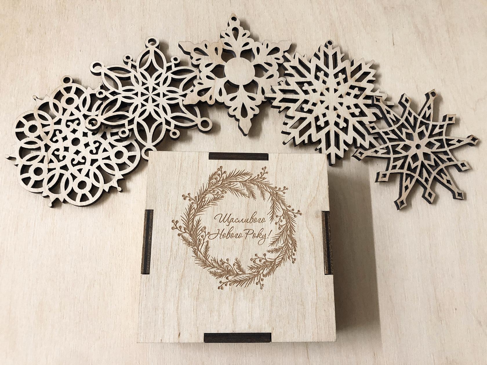 Набор снежинок из дерева