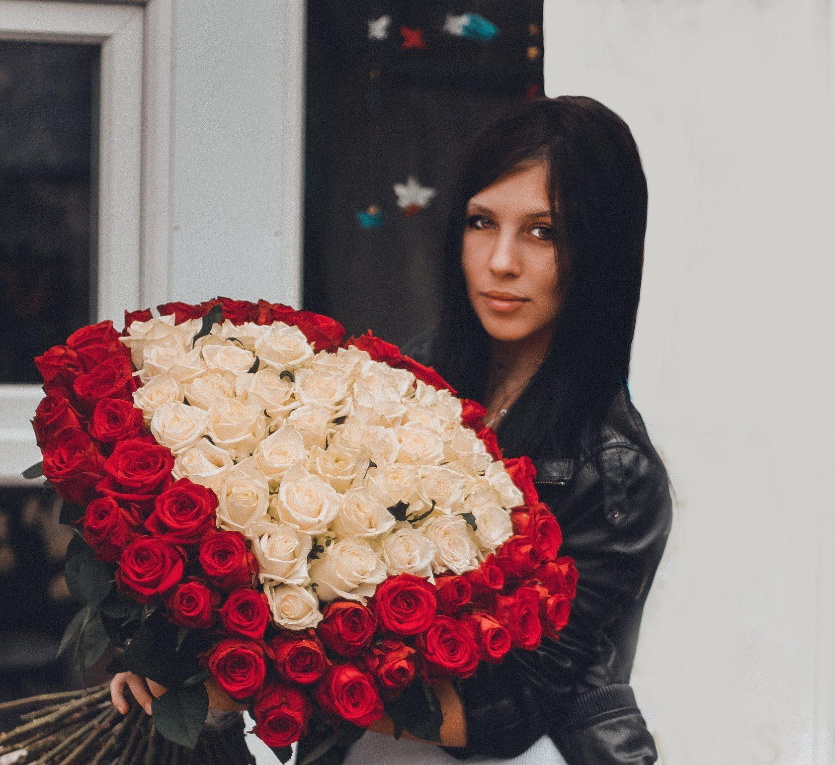 Невесты пионовидных, девушка с большим букетом роз картинки