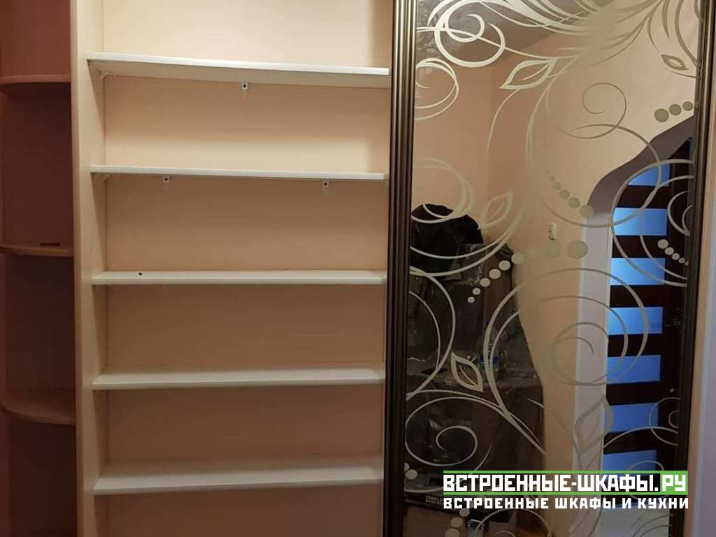 Двухдверный встроенный шкаф купе с пескоструйным рисунком