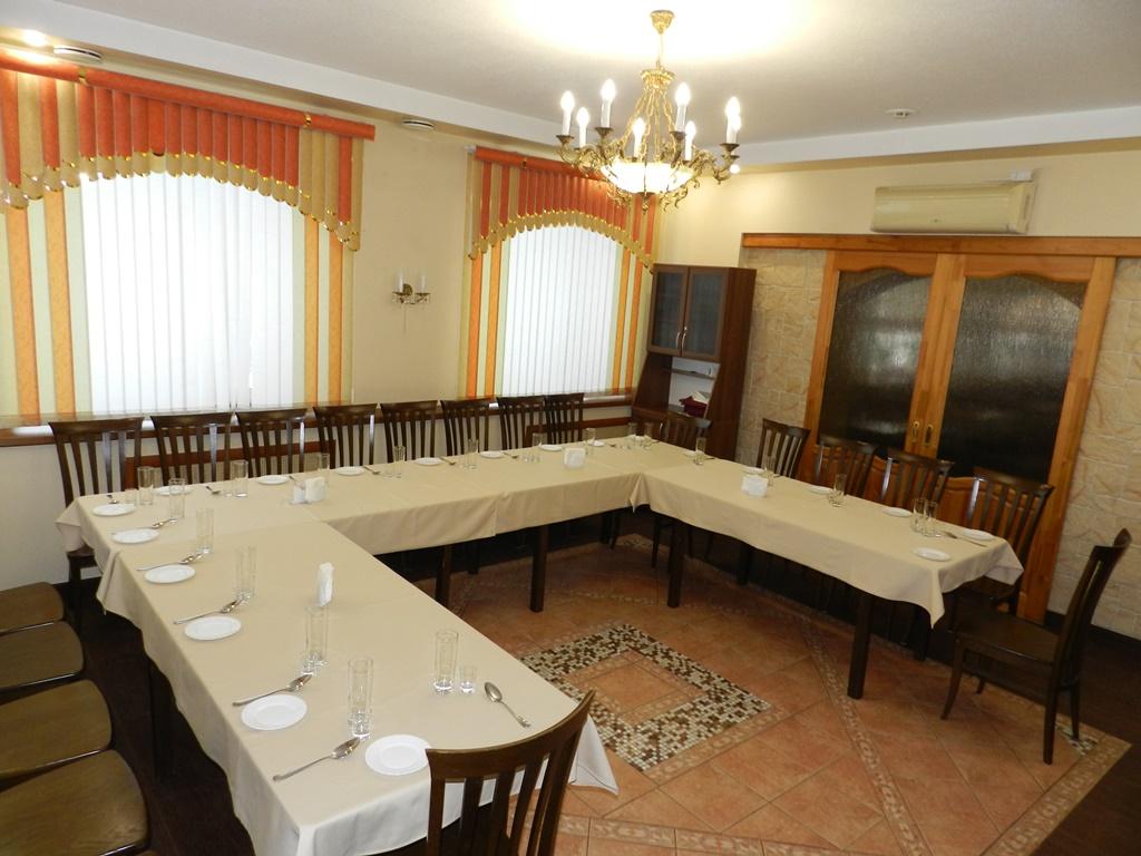 Стол в среднем зале