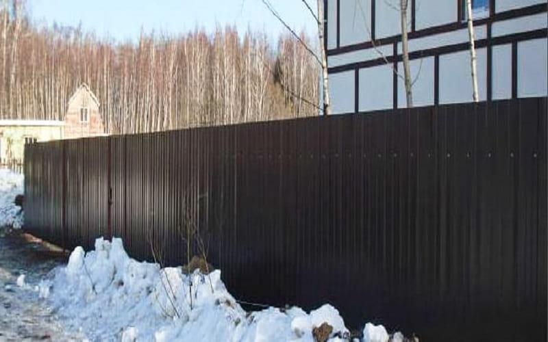 Забор из профнастила цвет коричневый